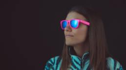 modella con occhiali da sole pink fluo