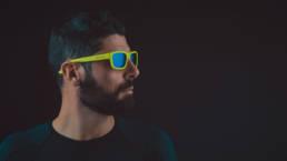 Foto di modello con occhiali giallo fluo