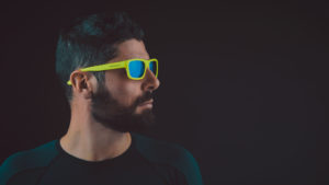 modello con occhiali giallo fluo
